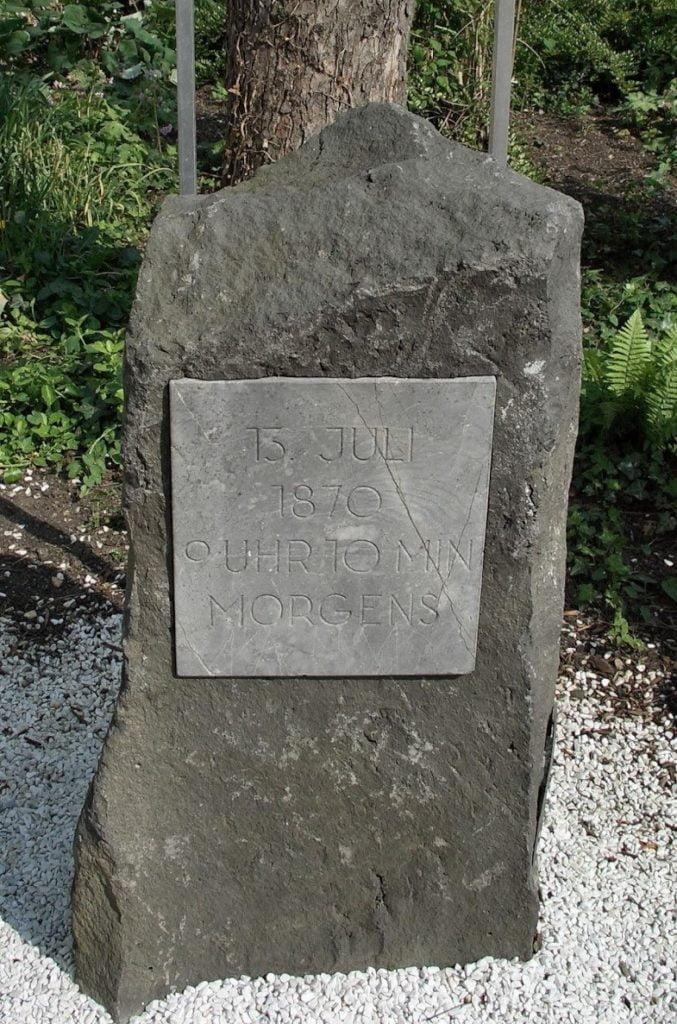 Dispaccio di Ems Questa pietra memoriale ricorda il luogo in cui Re Guglielmo I di Prussia e l'ambasciatore Benédetti si incontrarono.